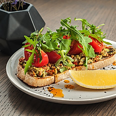 Брускетта с гуакомоле и томатами