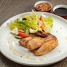 Цыпленок с зелёным салатом и чатни из сливы.