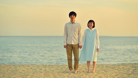 ビーチで若いカップル