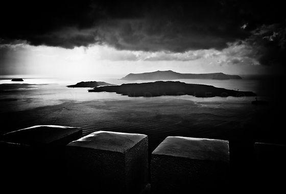 série photographie artistique paysages en noir et blanc, Tempête sur Santorin