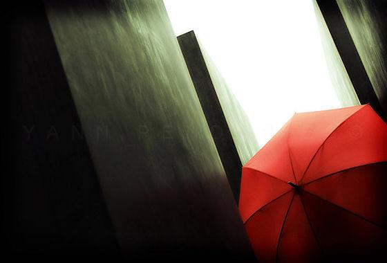 série photographie artistique paysages urbains, Le parapluie rouge