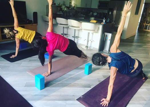 Travailler son equilibre en appui sur les muscles profonds : Vashistasana ou planche laterale.
