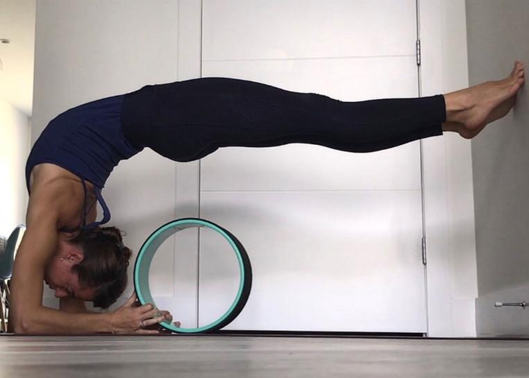Souplesse du dos avec une yoga wheel