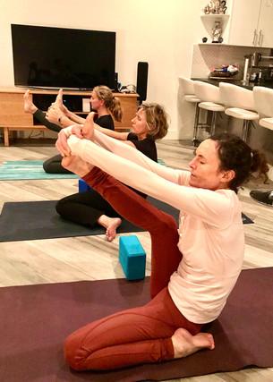 Synchroniser les postures (Asanas) avec le souffle (Pranayama).