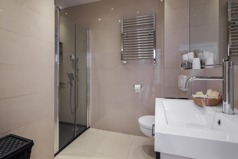glallsuites | badezimmer mit großer dusche, Hause ideen