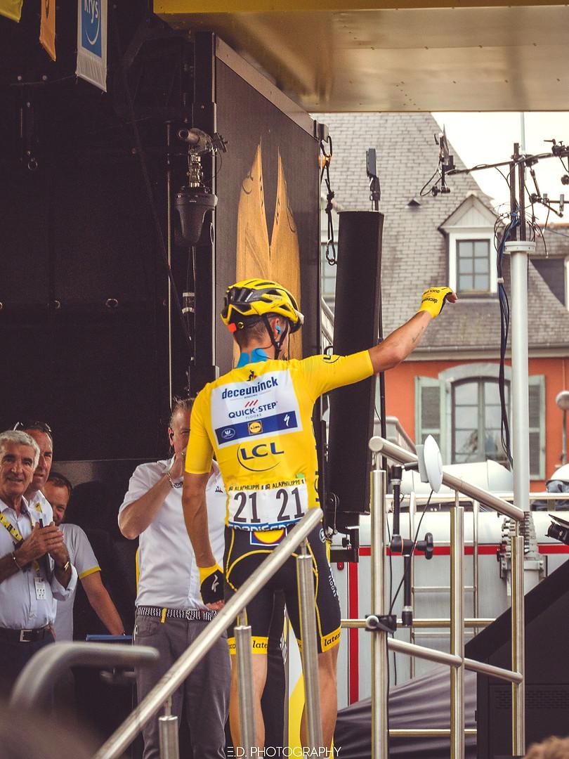 """""""Le maillot Jaune (Julian Alaphilippe avec Gérard Trémège)"""" Tour de France, Tarbes village départ, juillet 2019"""