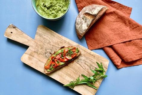 Avocado und Tomatensalsa auf geröstetem Brot