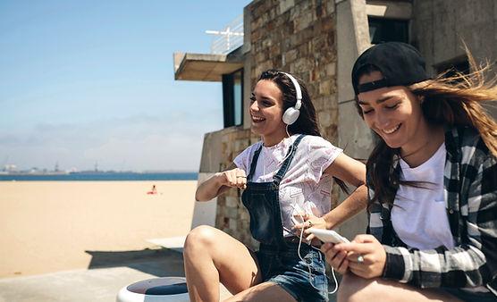Молодые женщины прослушивания музыки