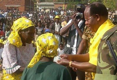 Bakili Muluzi Hands Out Cash