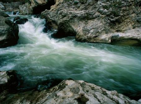 """Un fiume tra le rocce.  Riserva Naturale Regionale """"Gole di San Venanzio"""""""