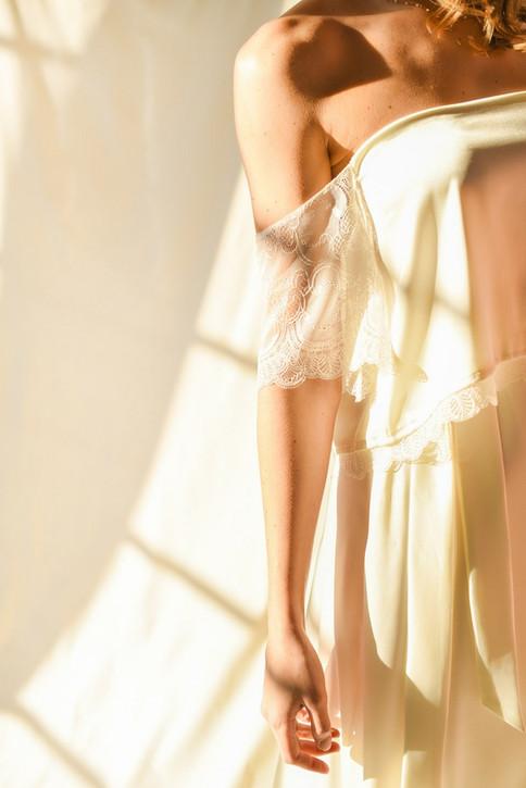 Haut Joséphine : off shoulder, demi-manches en dentelle, ouvert dans le dos. Jupe Alicia :  jupe portefeuille taille haute.