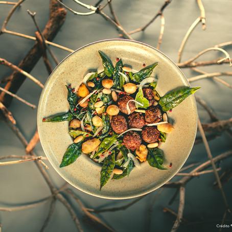 Almôndegas de lata com salada de mangarito e ora-pro-nóbis