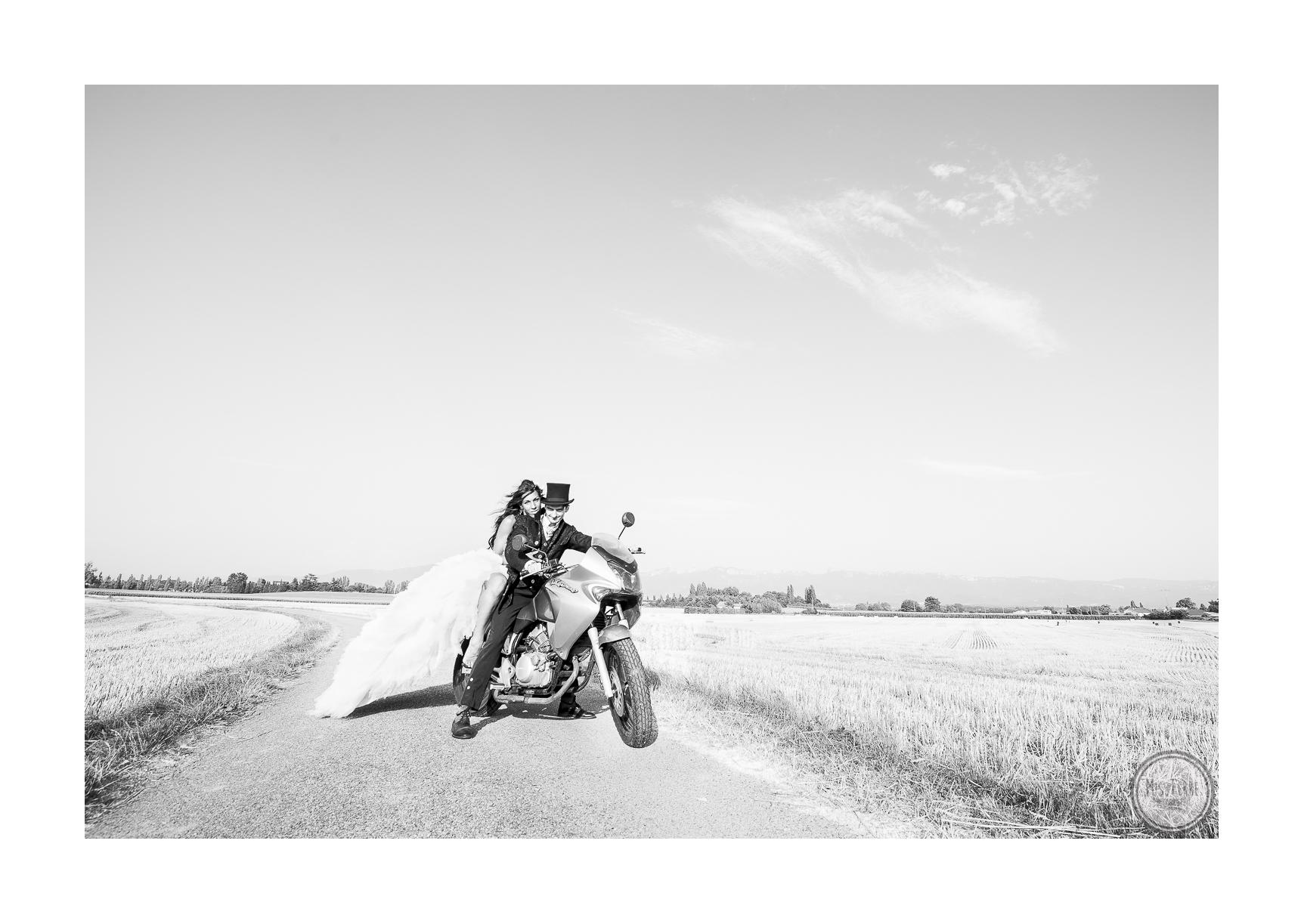 Mariés sur une moto