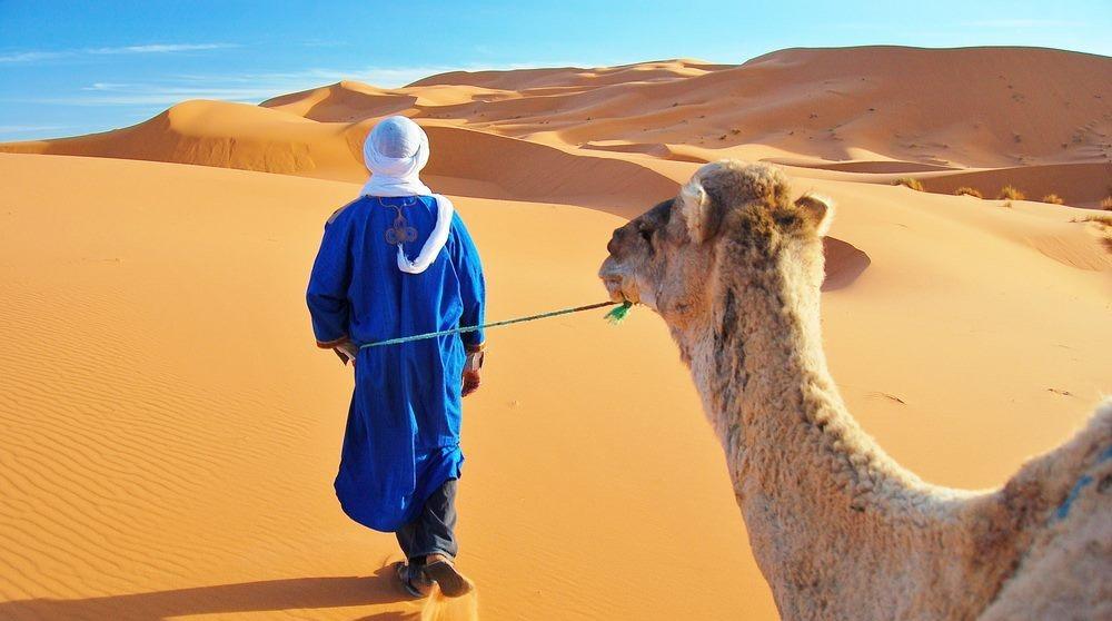 Hombre caminando en el desierto