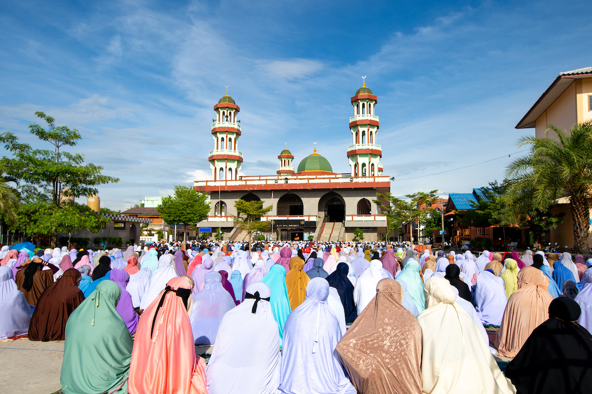 Personas y mesquita