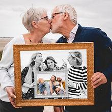 Couple qui s'embrasse devant ses enfants lors d'une séance photo en famille avec un photographe professionnel en Baie de Somme (80), situé en Picardie dans la région des Hauts de France (59, 62) et proche de la Normandie (76)