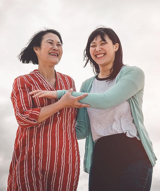 한국인 어머니와 딸이 서로를 돌보는.