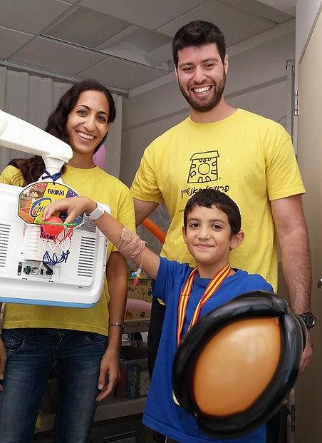 מתנדבים משמחים ילד בכדורסל