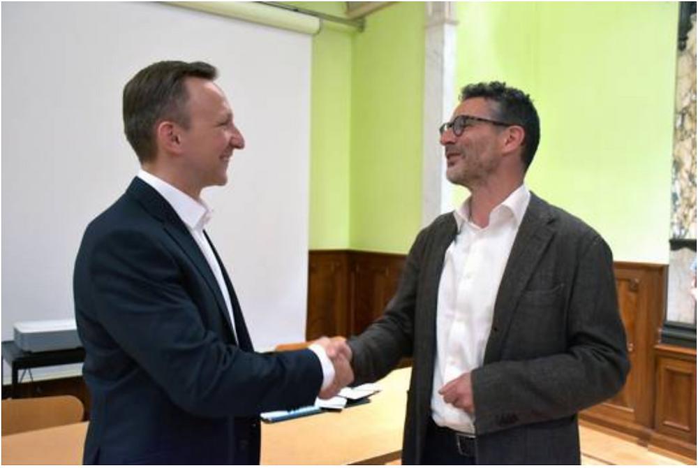 Quartiervereinspräsident Markus Gumpfer bedankt sich beim zurückgetretenen Herbert Imbach