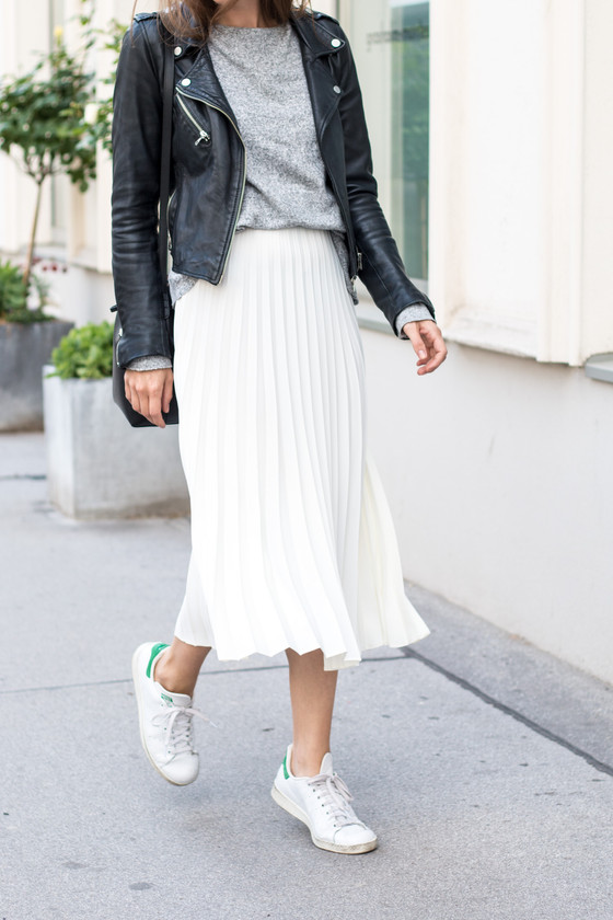 Tips for shorter legs: the pleated midi skirt trend
