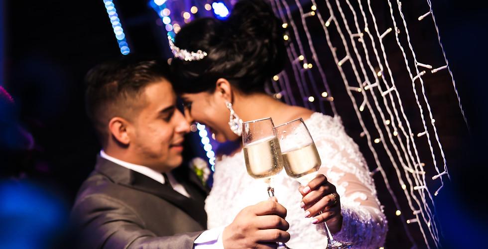 casal fazendo brinde na recepção
