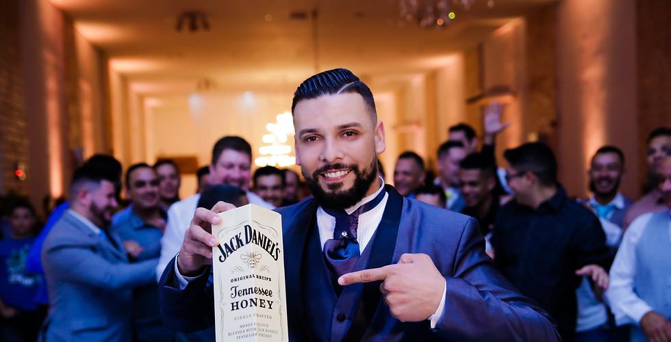 noivo segurando whisky