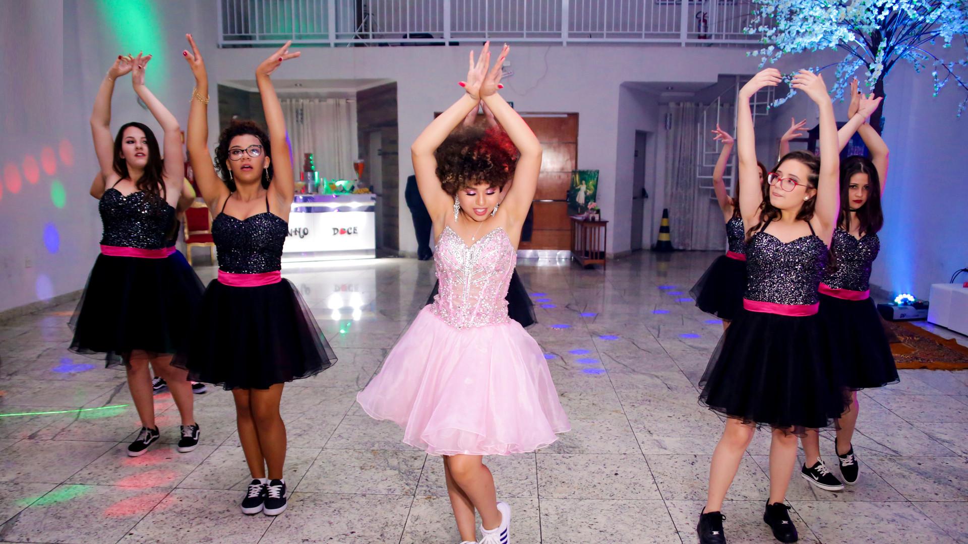 debutante dançando com as amigas