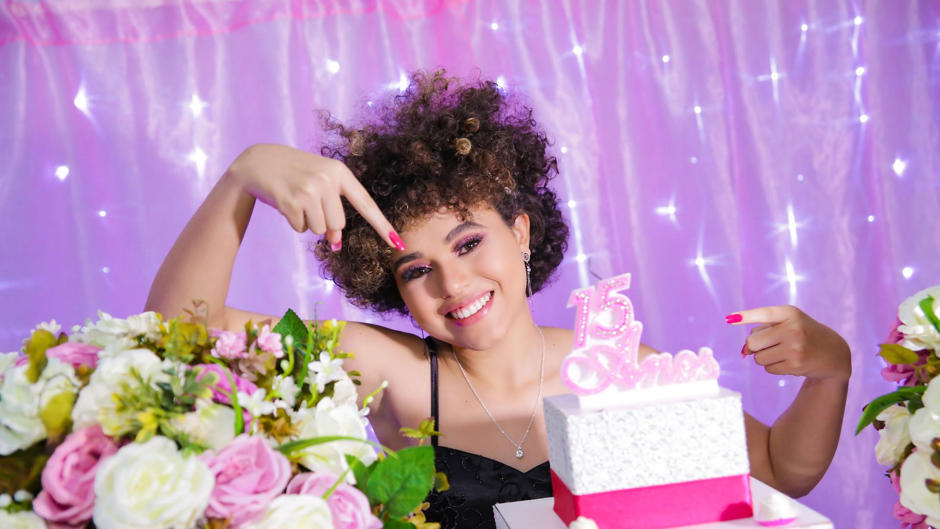 debutante na mesa do bolo