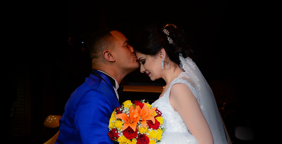 noivo beijando a testa da noiva no casamento