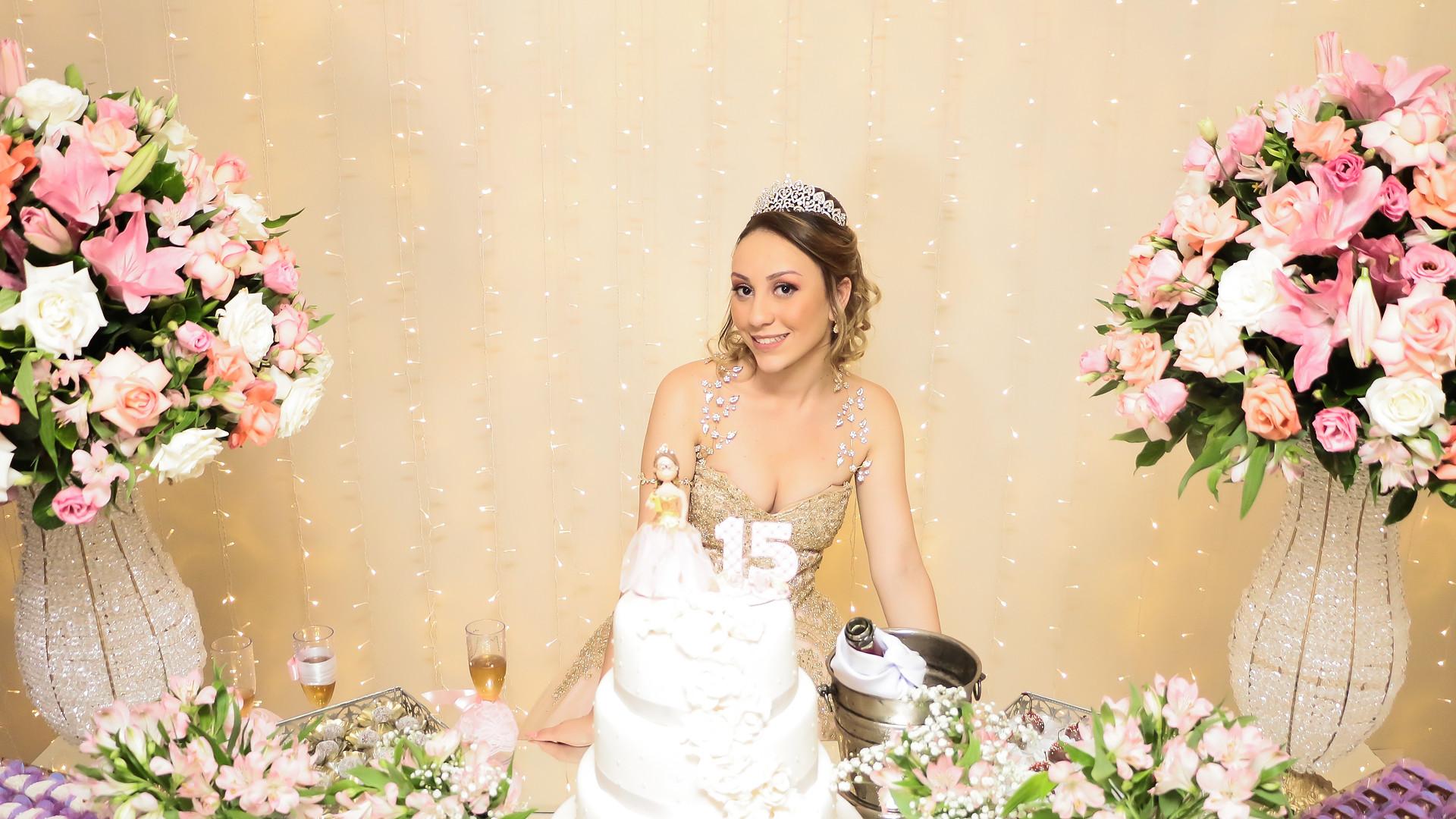 debutante na mesa do bolo em osasco