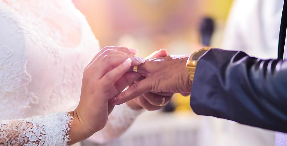 casamento colocando alianças