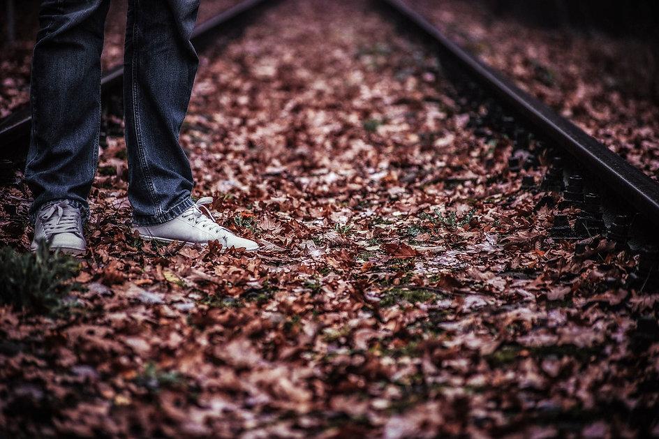 tracks-3878406_1920.jpg