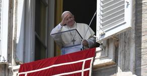 Papa no Angelus da Assunção: o Senhor faz maravilhas com os pequenos