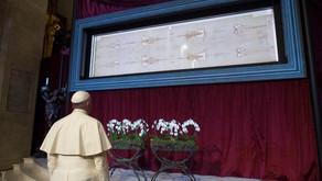 O Papa une-se aos fiéis em oração diante do Santo Sudário