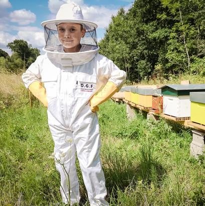 enfant-apiculteur-jeune.jpg