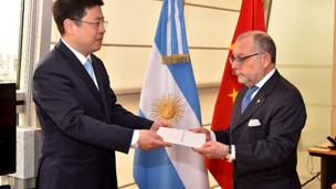 El Embajador Zou Xiaoli presentó las Copias de sus Cartas Credenciales ante el Canciller Jorge Fauri