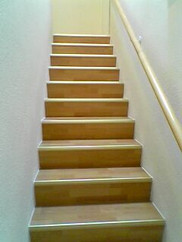 Treppe Laminat von unten.jpg