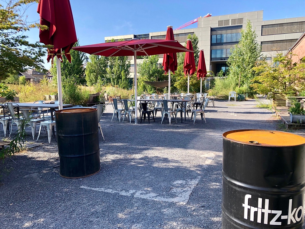 Außenbereich alina café im Sommer, Sonnenschirme, Fritz-kola