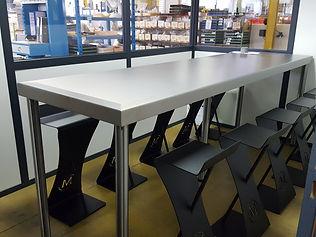 Table en inox brossé vernis mat chaises acier thermolaquée