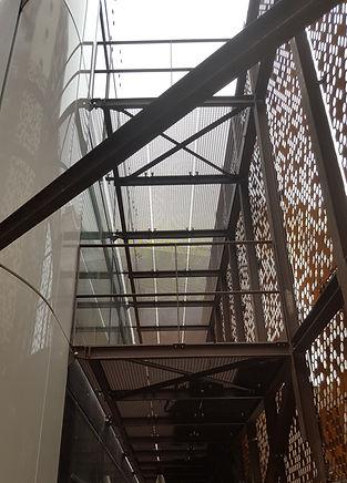 Structure passerelle et esclier extérieur façade
