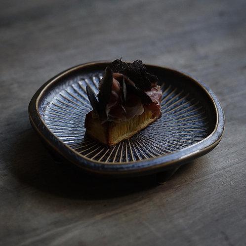 Kujagiku Chrysanthemum Carved Plate 孔雀菊彫高台皿