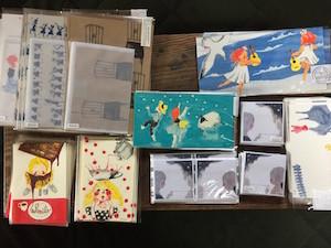 ポストカードやレターセット、付箋もあります。