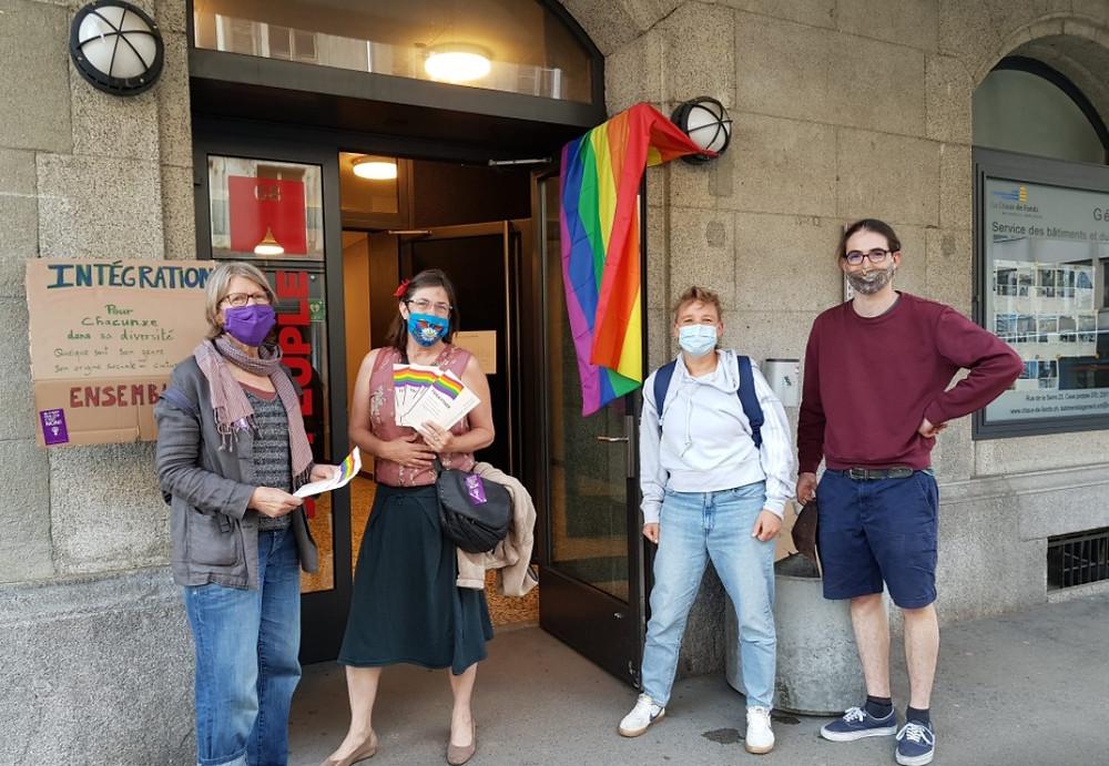 Des membres du collectif du comité feministe de Neuchâtel apporte leur soutien au collectif togayther.