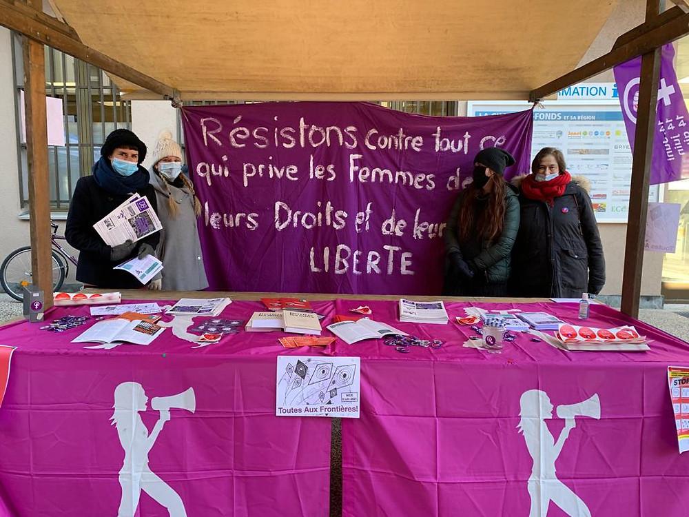 Un stand à la Chaux-de-Fonds. Une banderole : Résistons à tout ce qui prive les femmes de leurs Droits et de leur LIBERTE.