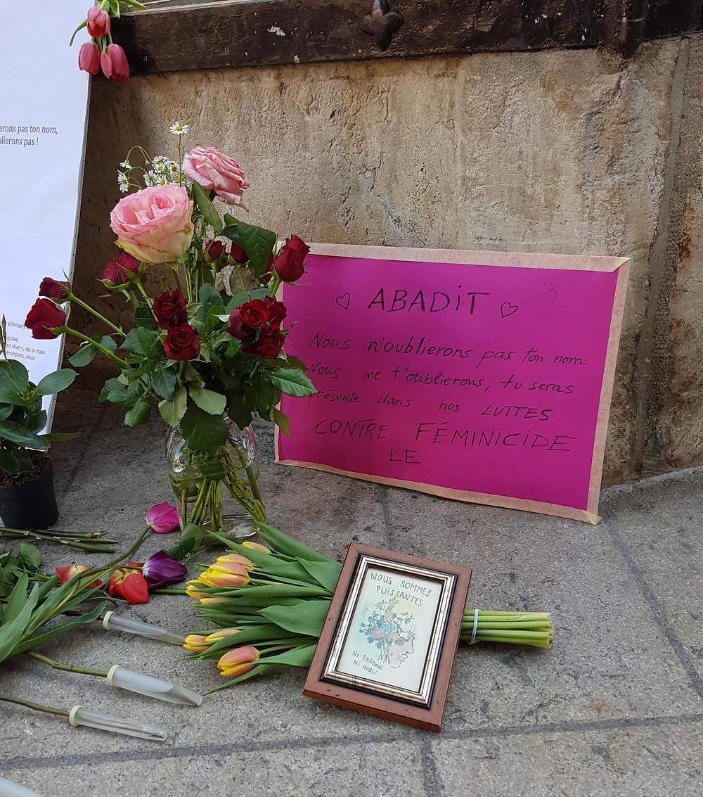 Des pancartes et des roses ont été déposées à la fontaine de la justice à Neuchâtel. Un hommage rendue à la victime du féminicide de Peseux, elle s'appelait Abadit. Une pancarte rose où est écrit le texte suivant :  Abadit, Nous n'oublierons pas ton nom. Nous ne t'oublierons, tu seras présente dans nos LUTTES CONTRE LE FEMINICIDE.