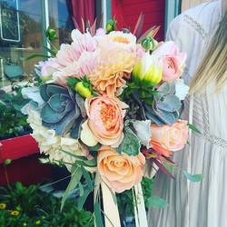 It's a peach & coral weekend! #bridalbouquet #davidaustinroses #succulents #dahlia #ranuncula #prote