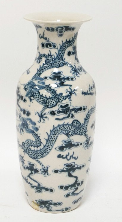 ASIAN POTTERY VASE DECORATED WITH DRAGONS. 10 INCHES HIGH.