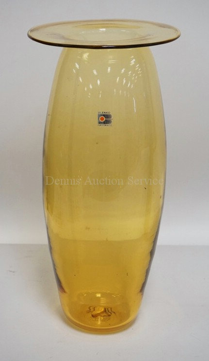 LARGE BLENKO AMBER ART GLASS VASE WITH A SAUCER RIMMED TOP. 14 5/8 INCHES HIGH.