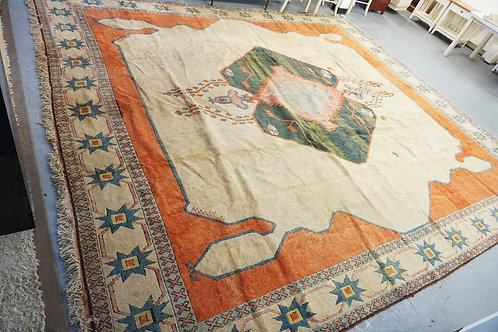 LARGE ROOM SIZE ORIENTAL RUG MEASURING 12 FT 11 INCHES X 14 FT 11 INCHES.