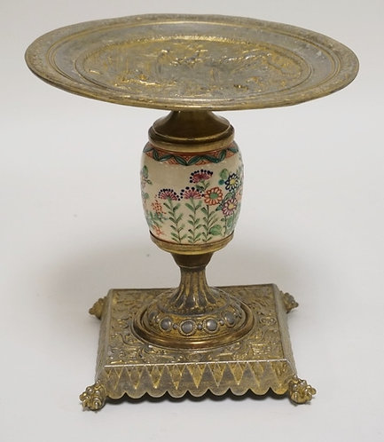1161_GILT METAL TAZZA WITH RELIEF DECORATION ON THE TRAY OF A ROMAN SCENE. POLYC